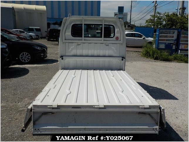 It is a picture of the white suzuki carry truck in 2002,Sub Photo 4 Stock No.Y025067