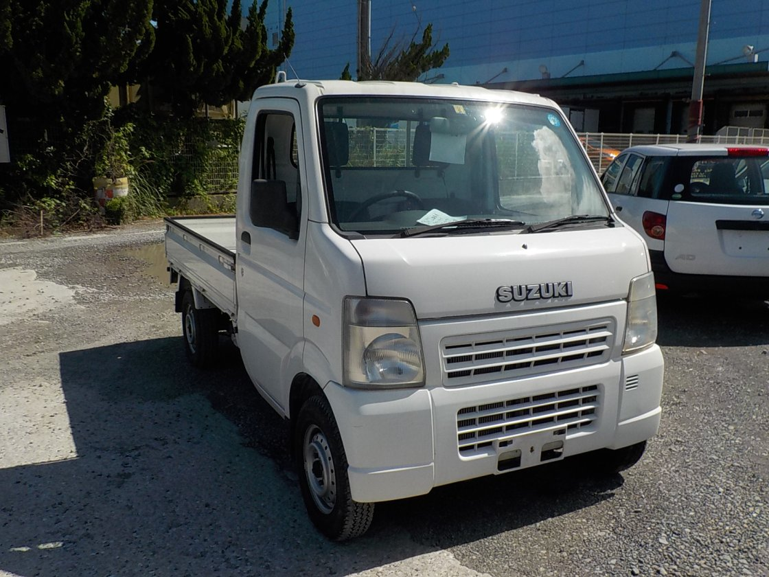 It is a picture of the white suzuki carry truck in 2002,First Photo Stock No.Y025067