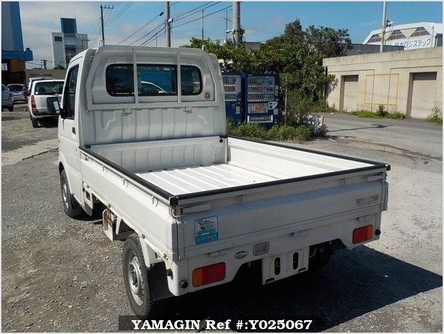It is a picture of the white suzuki carry truck in 2002,Sub Photo 3 Stock No.Y025067