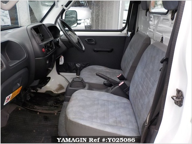 It is a picture of the white suzuki carry truck in 2001,Sub Photo 6 Stock No.Y025086