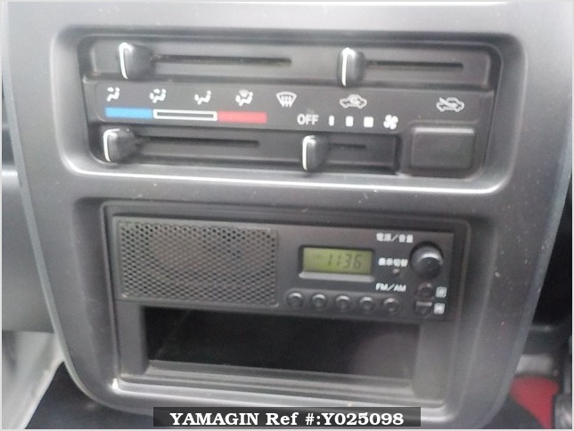 It is a picture of the white suzuki carry truck in 2006,Sub Photo 8 Stock No.Y025098