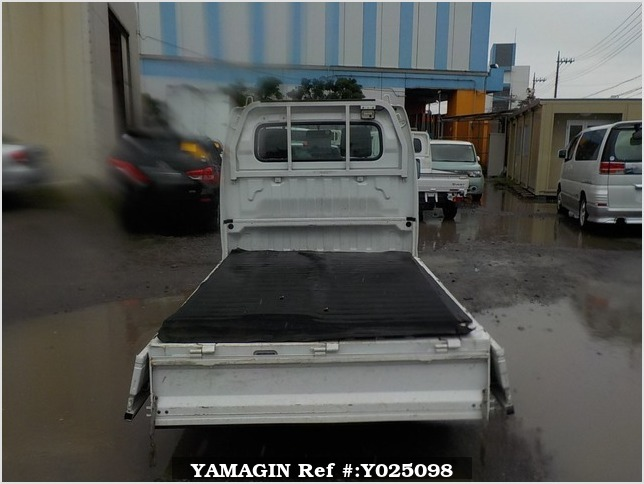It is a picture of the white suzuki carry truck in 2006,Sub Photo 4 Stock No.Y025098