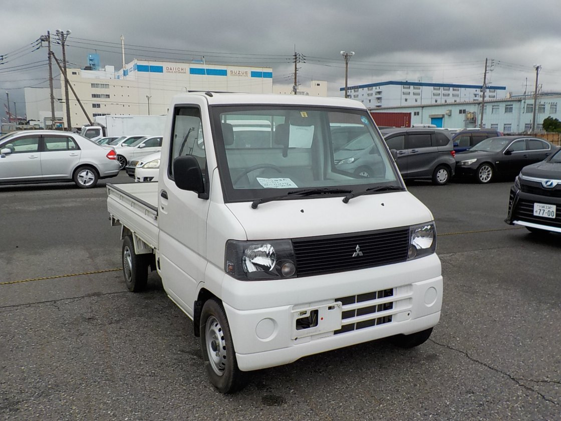 It is a picture of the white mitsubishi minicab truck truck in 2002,First Photo Stock No.Y025348