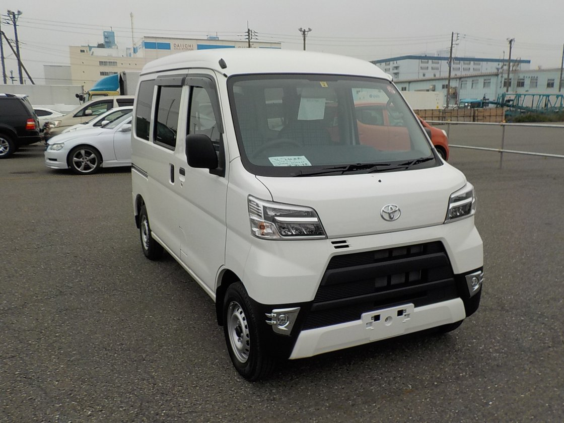 It is a picture of the white toyota pixis passenger van in 2019,First Photo Stock No.Y025500
