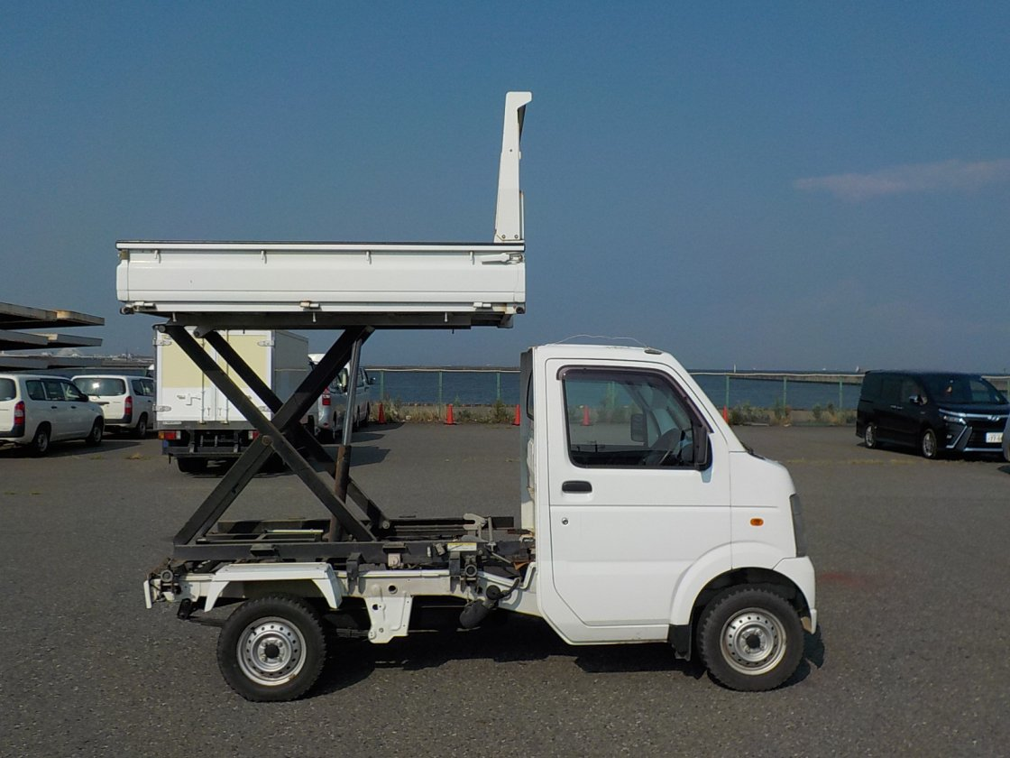 It is a picture of the white suzuki carry  scissors dump in 2008,First Photo Stock No.Y025538