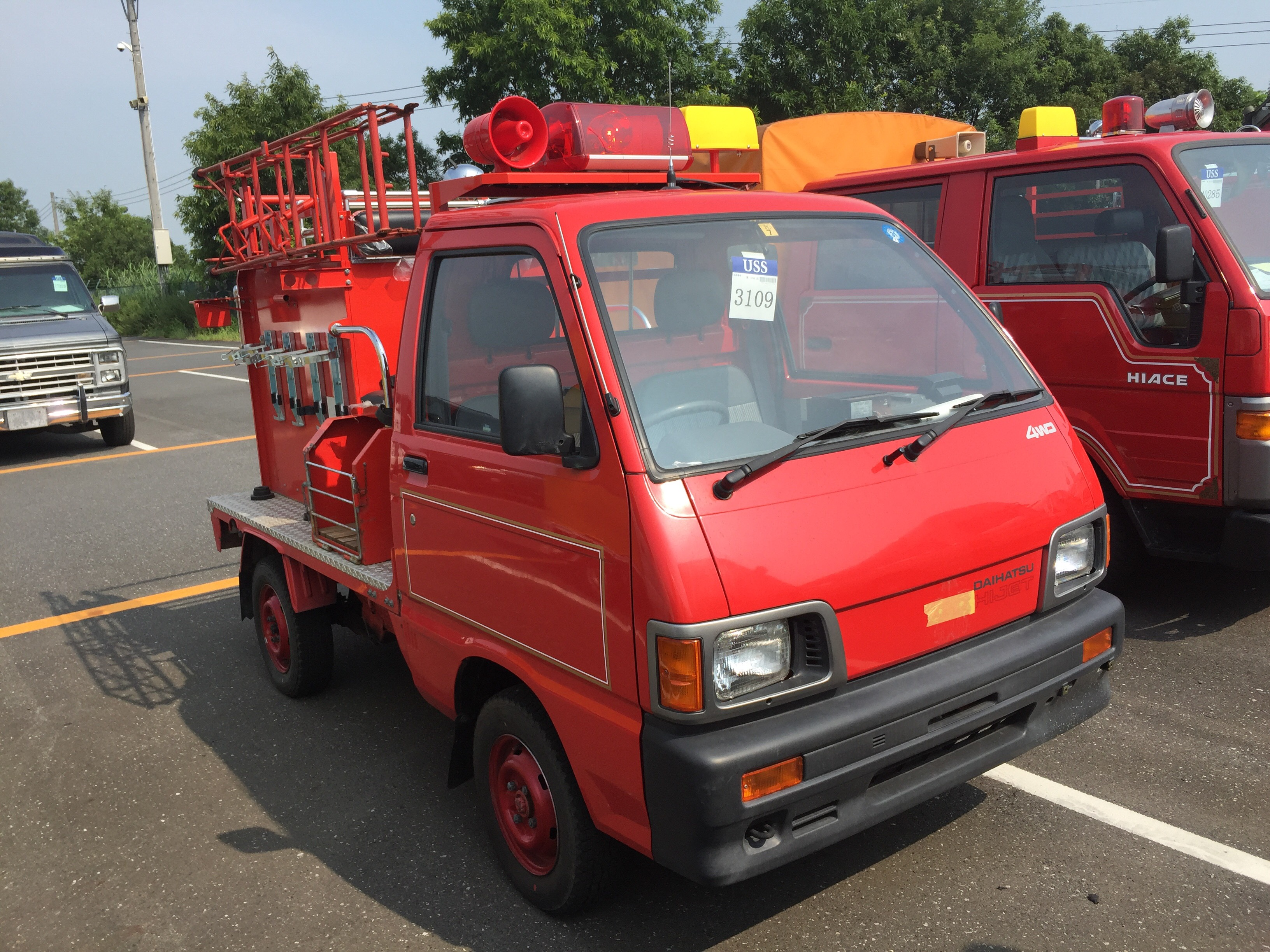 It is a picture of the red daihatsu hijet  fire truck in 1992,First Photo Stock No.Y025850