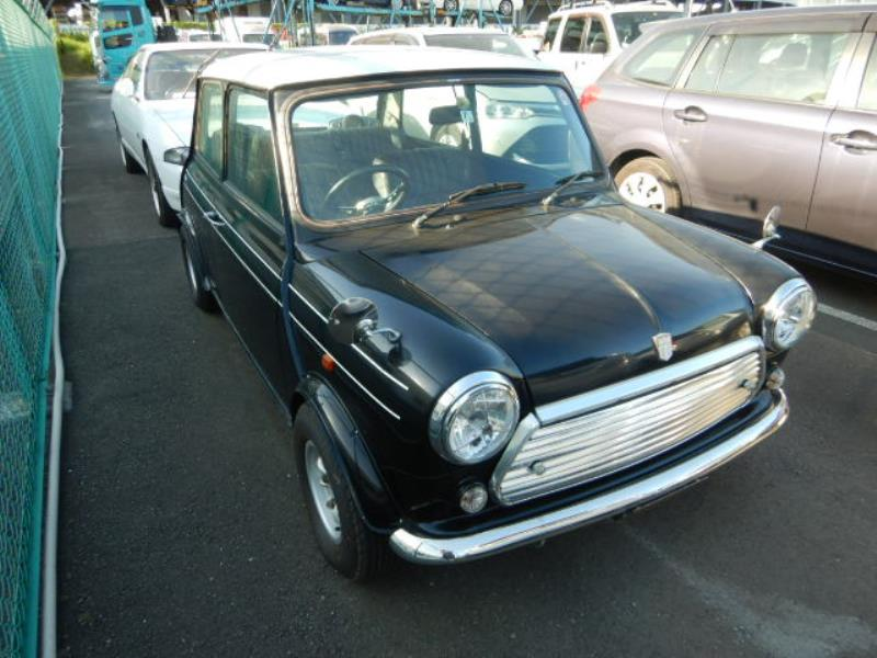 It is a picture of the black 2 rover mini in 1994,First Photo Stock No.Y025887