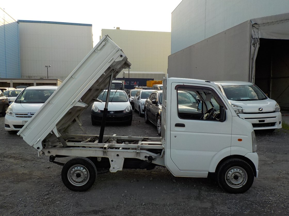 It is a picture of the white suzuki carry dump in 2013,First Photo Stock No.Y026332