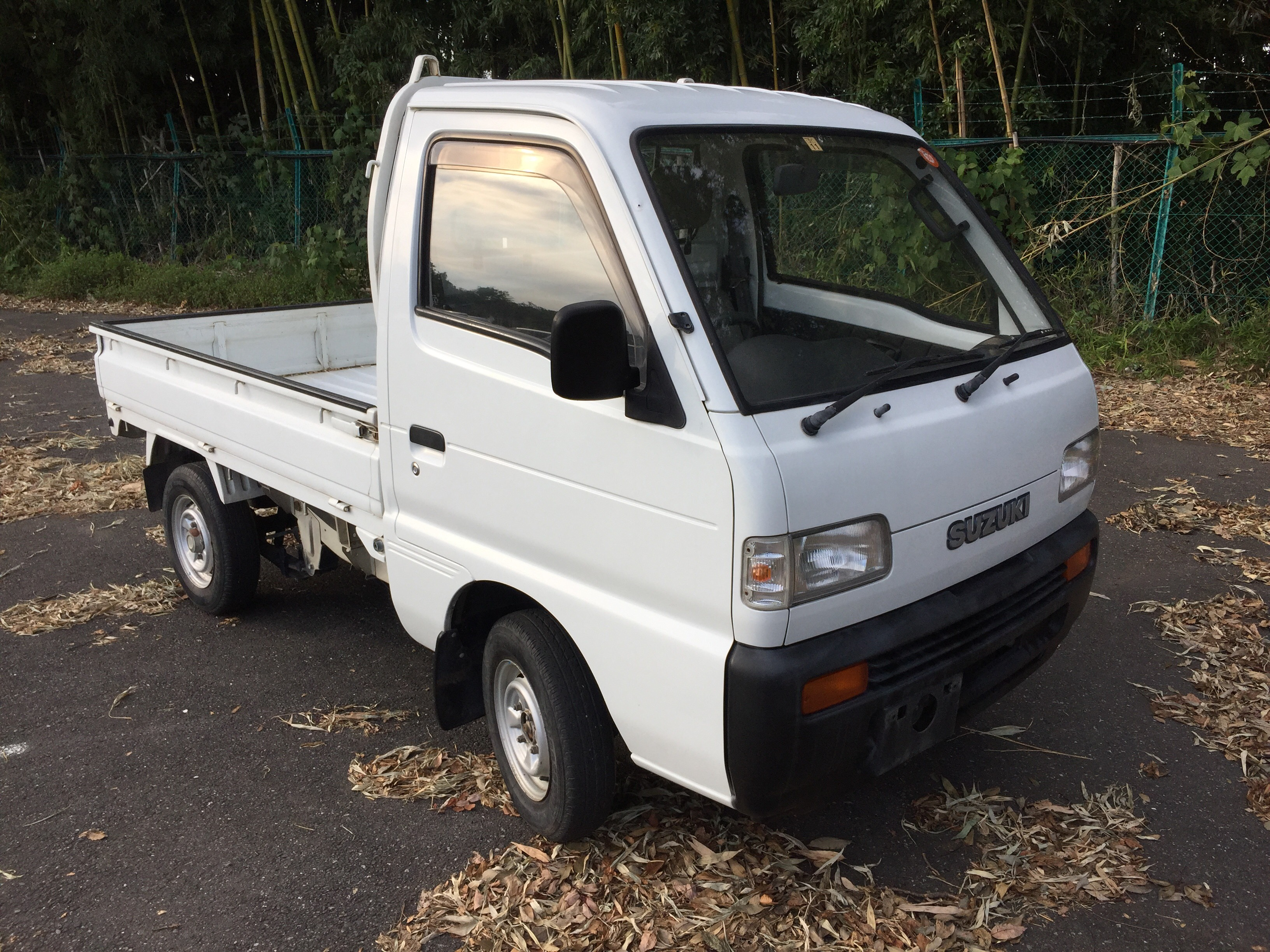 It is a picture of the white suzuki carry truck in 1995,First Photo Stock No.Y026638