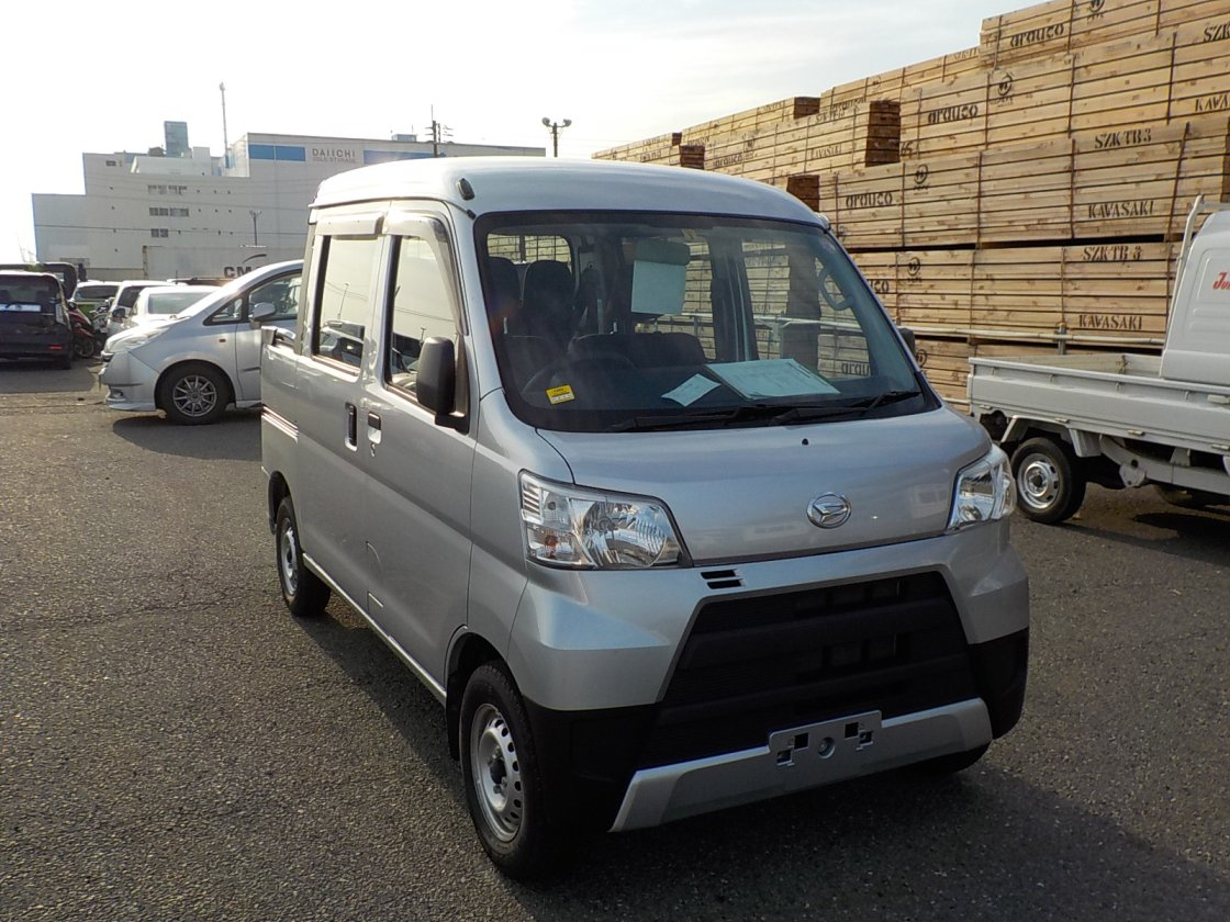 It is a picture of the silver daihatsu hijet deck van in 2018,First Photo Stock No.Y027499