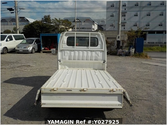 It is a picture of the white suzuki carry truck in 2002,Sub Photo 4 Stock No.Y027925