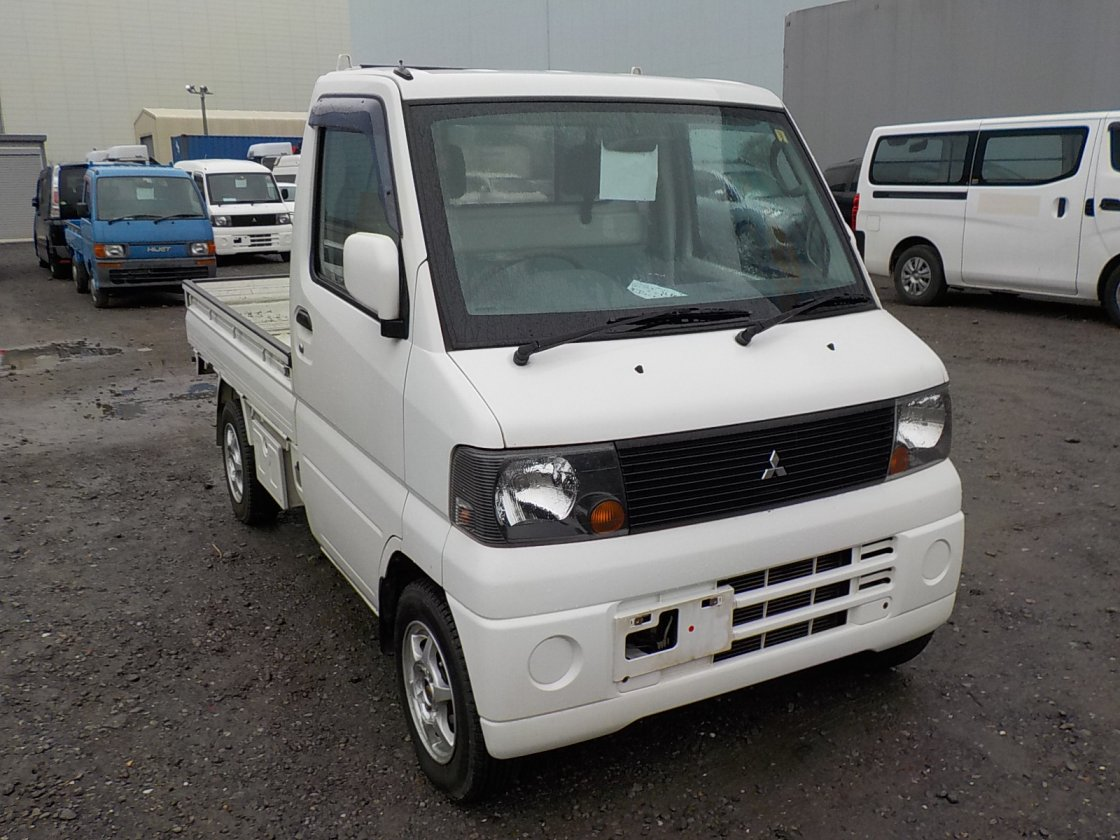 It is a picture of the white mitsubishi minicab truck in 2004,First Photo Stock No.Y027951
