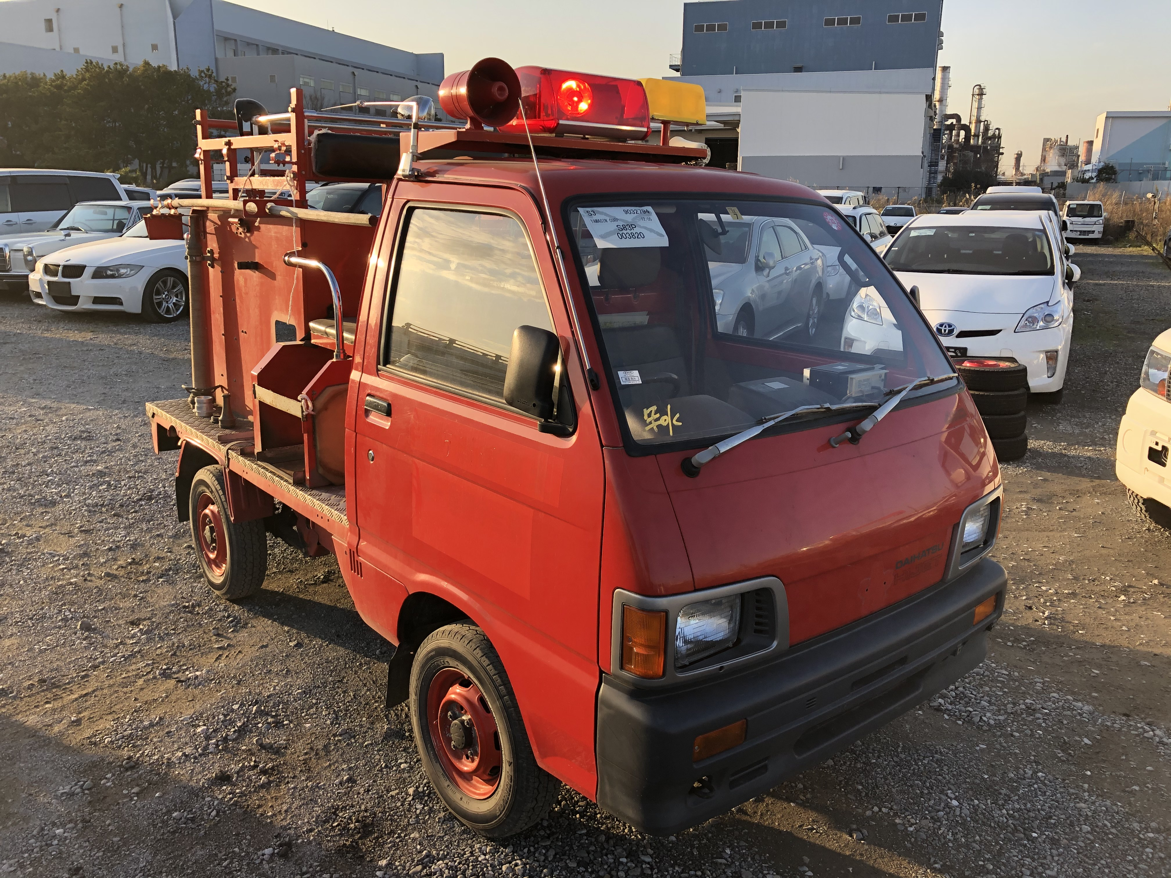 It is a picture of the red daihatsu hijet fire truck  fire truck in 1990,First Photo Stock No.Y028550