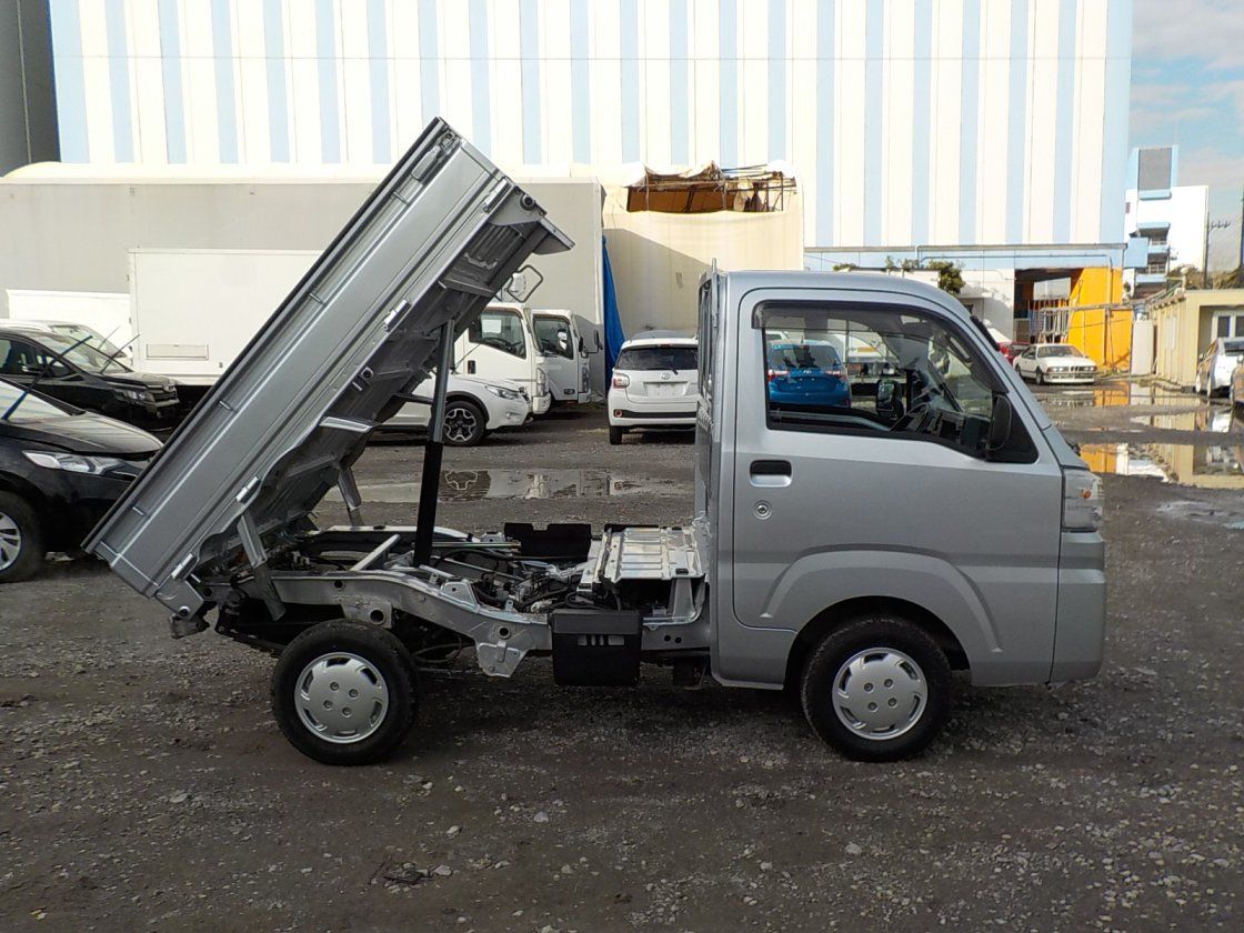 It is a picture of the silver daihatsu hijet dump in 2017,First Photo Stock No.Y028905