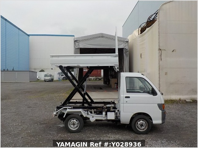 It is a picture of the white daihatsu hijet scissors dump in 1996,Sub Photo 0 Stock No.Y028936