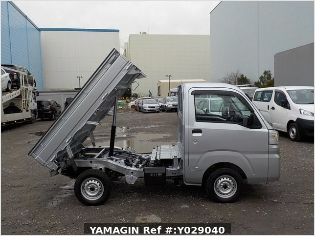 It is a picture of the silver daihatsu hijet dump in 2019,Sub Photo 0 Stock No.Y029040