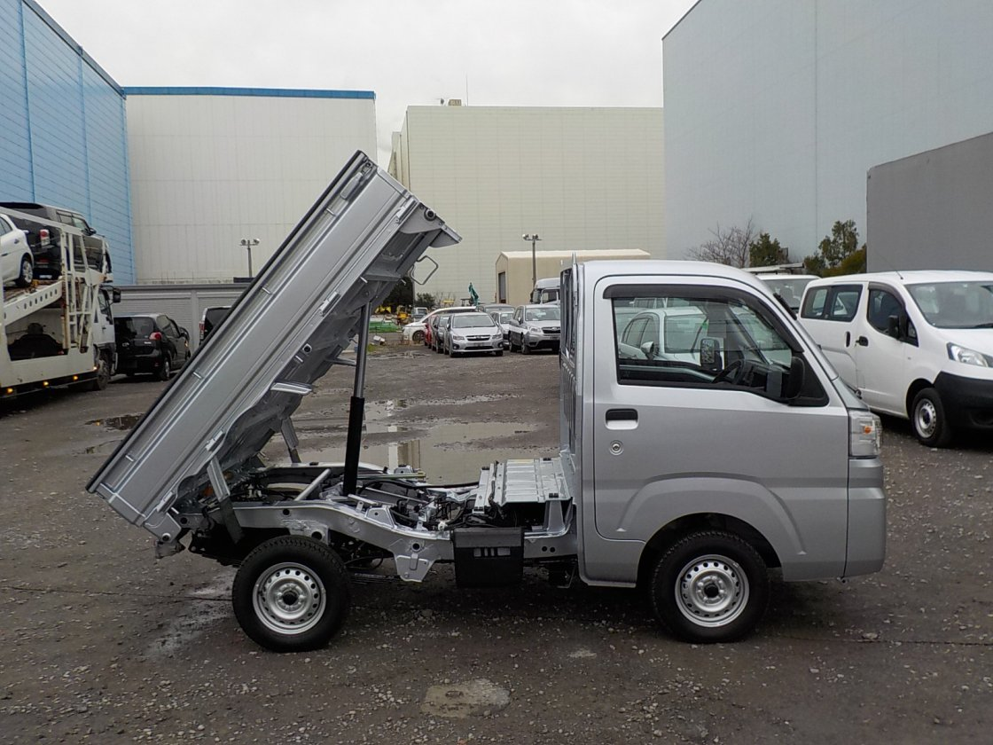 It is a picture of the silver daihatsu hijet dump in 2019,First Photo Stock No.Y029040