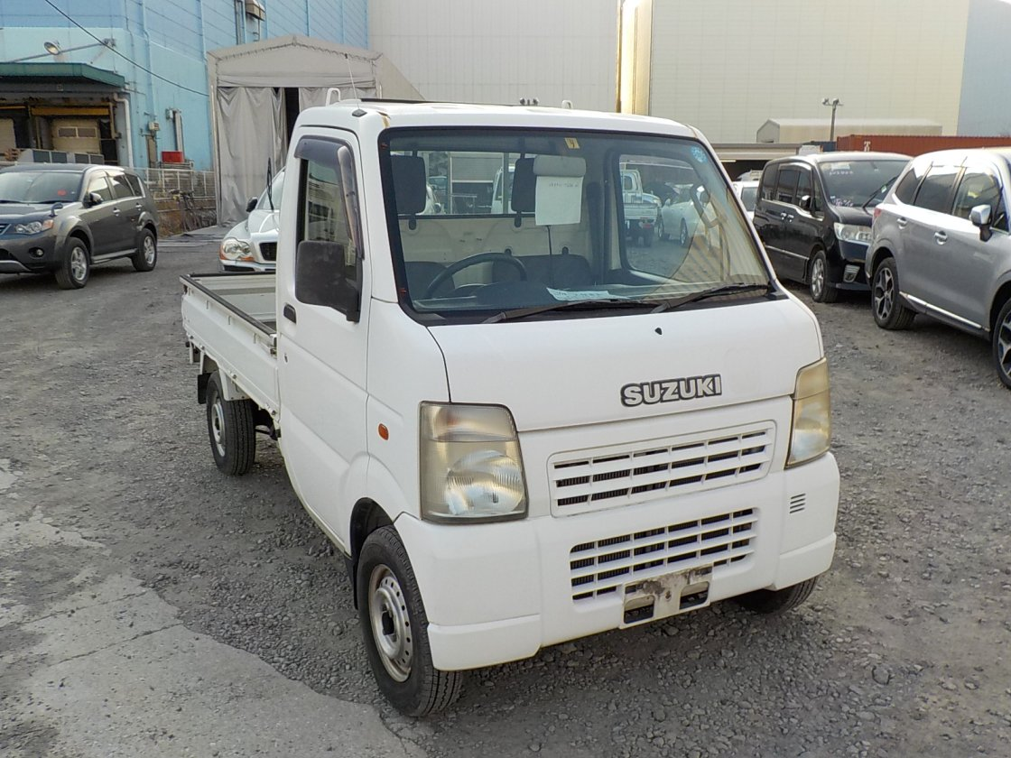 It is a picture of the white suzuki carry truck in 2002,First Photo Stock No.Y029053
