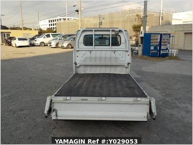 It is a picture of the white suzuki carry truck in 2002,Sub Photo 4 Stock No.Y029053