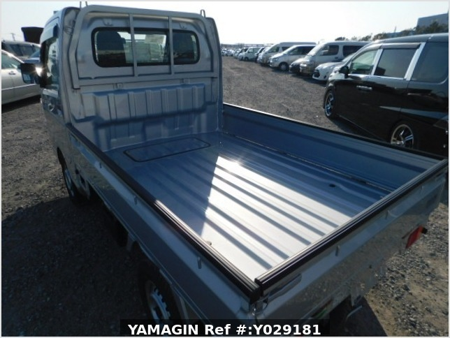 It is a picture of the silver suzuki carry  truck in 2019,Sub Photo 5 Stock No.Y029181