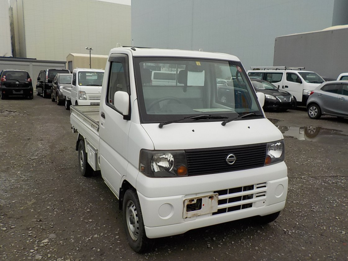 It is a picture of the white nissan clipper truck in 2004,First Photo Stock No.Y029358