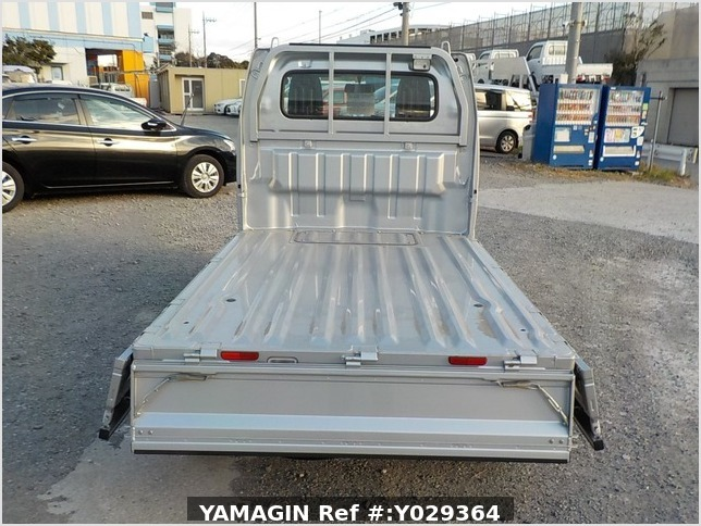 It is a picture of the silver suzuki carry truck in 2018,Sub Photo 4 Stock No.Y029364