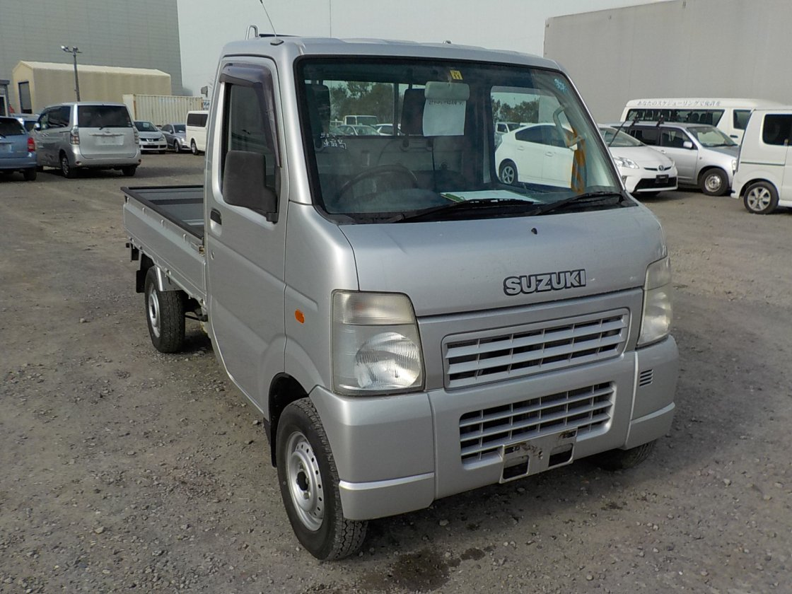 It is a picture of the silver suzuki carry truck in 2002,First Photo Stock No.Y029408