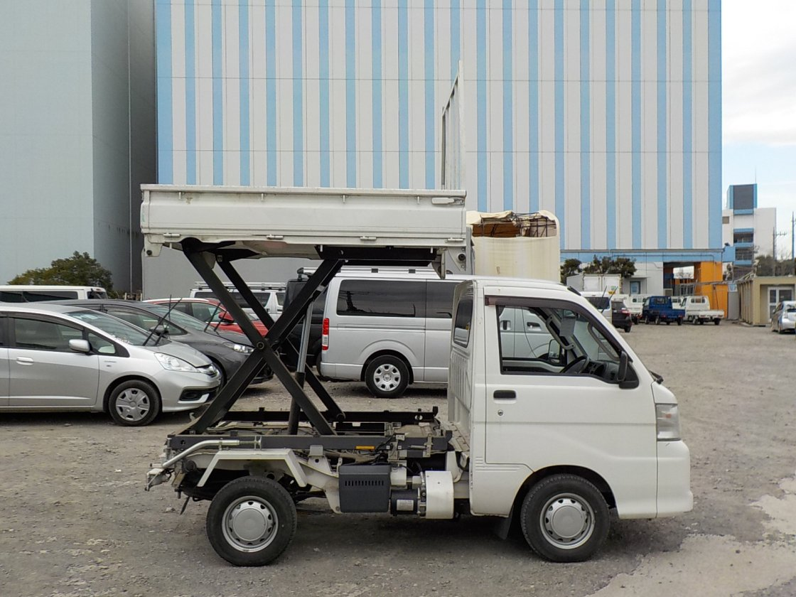It is a picture of the white daihatsu hijet scissors dump in 2014,First Photo Stock No.Y029515