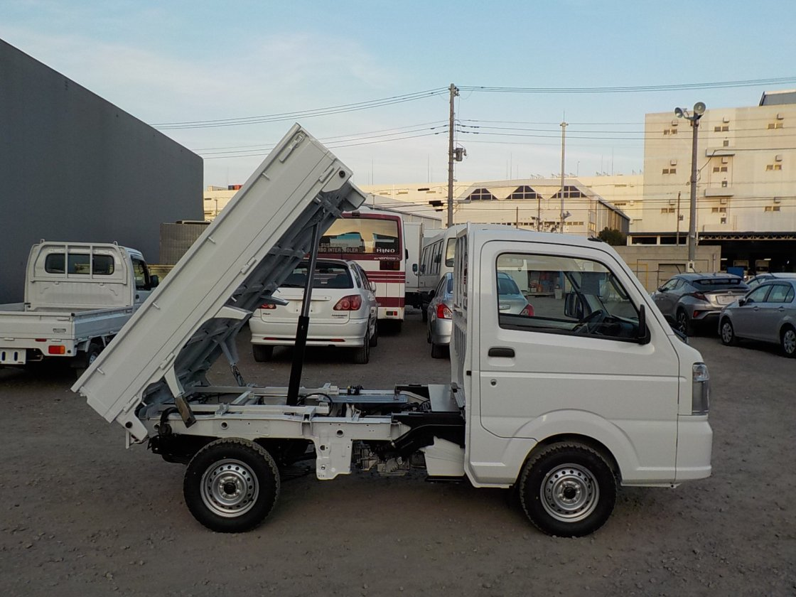It is a picture of the white suzuki carry dump in 2020,First Photo Stock No.Y029528