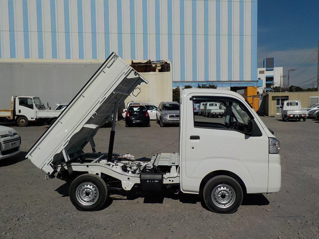 It is a picture of the white daihatsu hijet dump in 2020,First Photo Stock No.Y029534