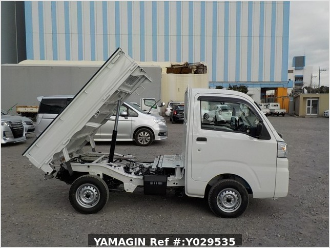 It is a picture of the white daihatsu hijet dump in 2020,Sub Photo 0 Stock No.Y029535