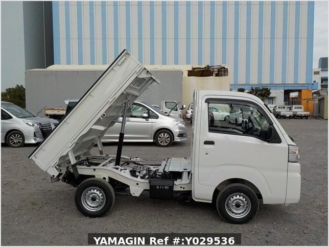 It is a picture of the white daihatsu hijet dump in 2020,Sub Photo 0 Stock No.Y029536