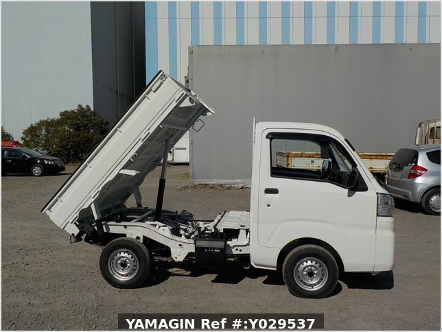 It is a picture of the white daihatsu hijet dump in 2020,Sub Photo 0 Stock No.Y029537