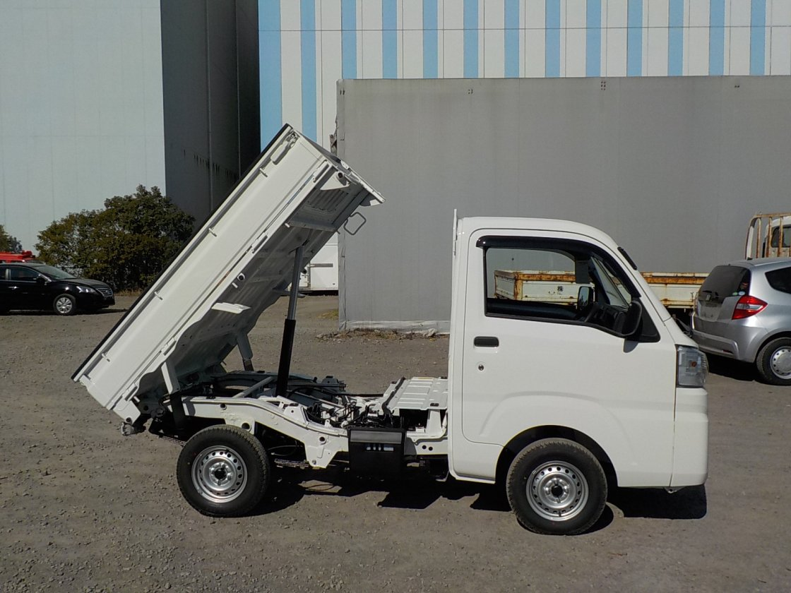 It is a picture of the white daihatsu hijet dump in 2020,First Photo Stock No.Y029537