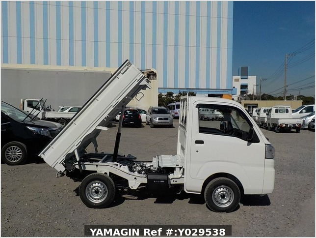 It is a picture of the white daihatsu hijet dump in 2020,Sub Photo 0 Stock No.Y029538