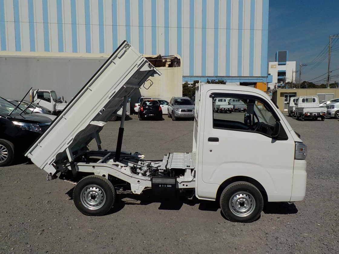It is a picture of the white daihatsu hijet dump in 2020,First Photo Stock No.Y029539