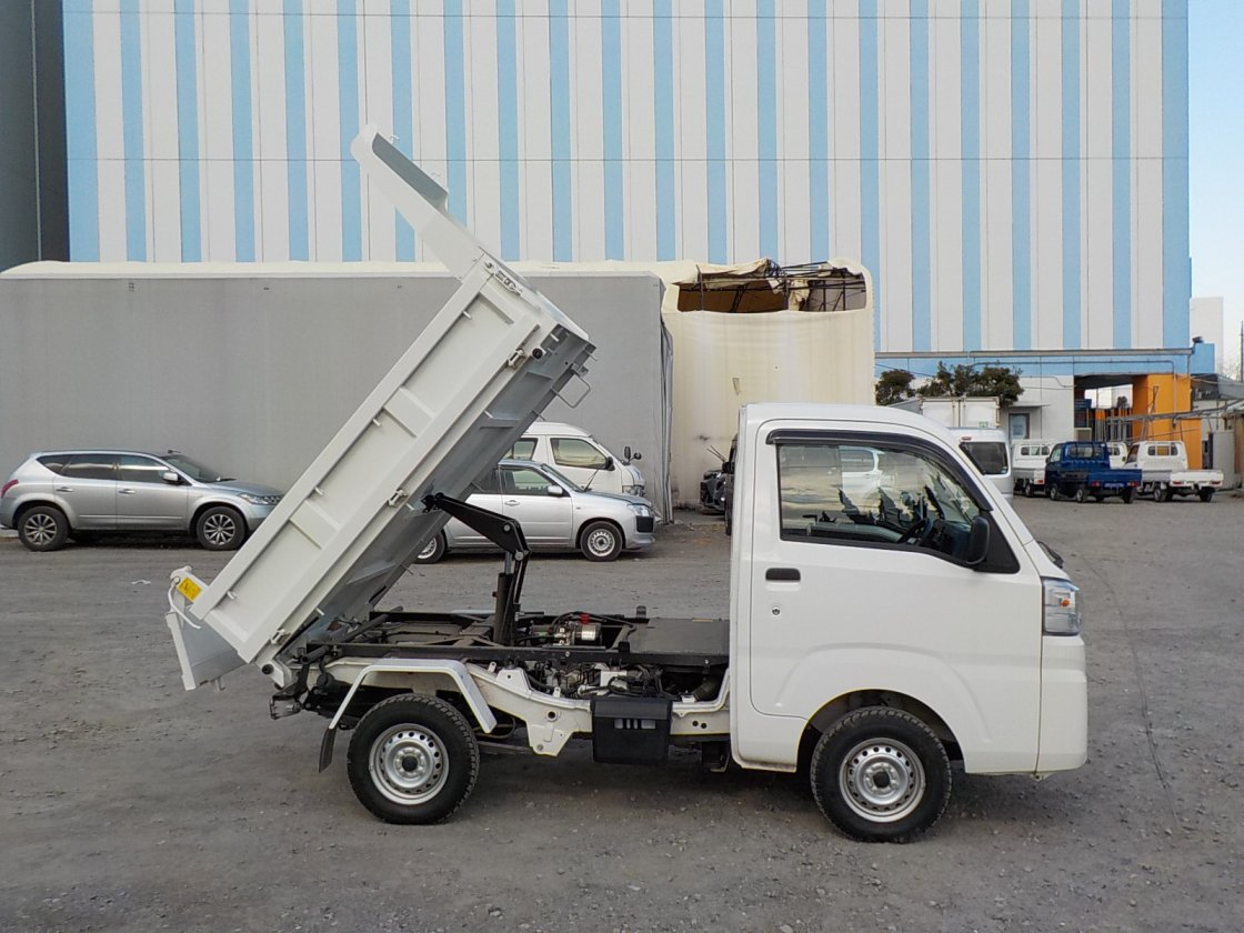 It is a picture of the white daihatsu hijet dump in 2018,First Photo Stock No.Y029605