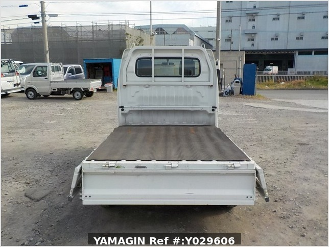 It is a picture of the white suzuki carry truck in 2005,Sub Photo 4 Stock No.Y029606