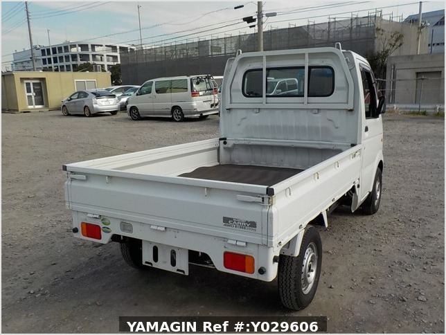 It is a picture of the white suzuki carry truck in 2005,Sub Photo 3 Stock No.Y029606