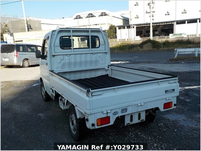 It is a picture of the white suzuki carry truck in 2002,Sub Photo 3 Stock No.Y029733