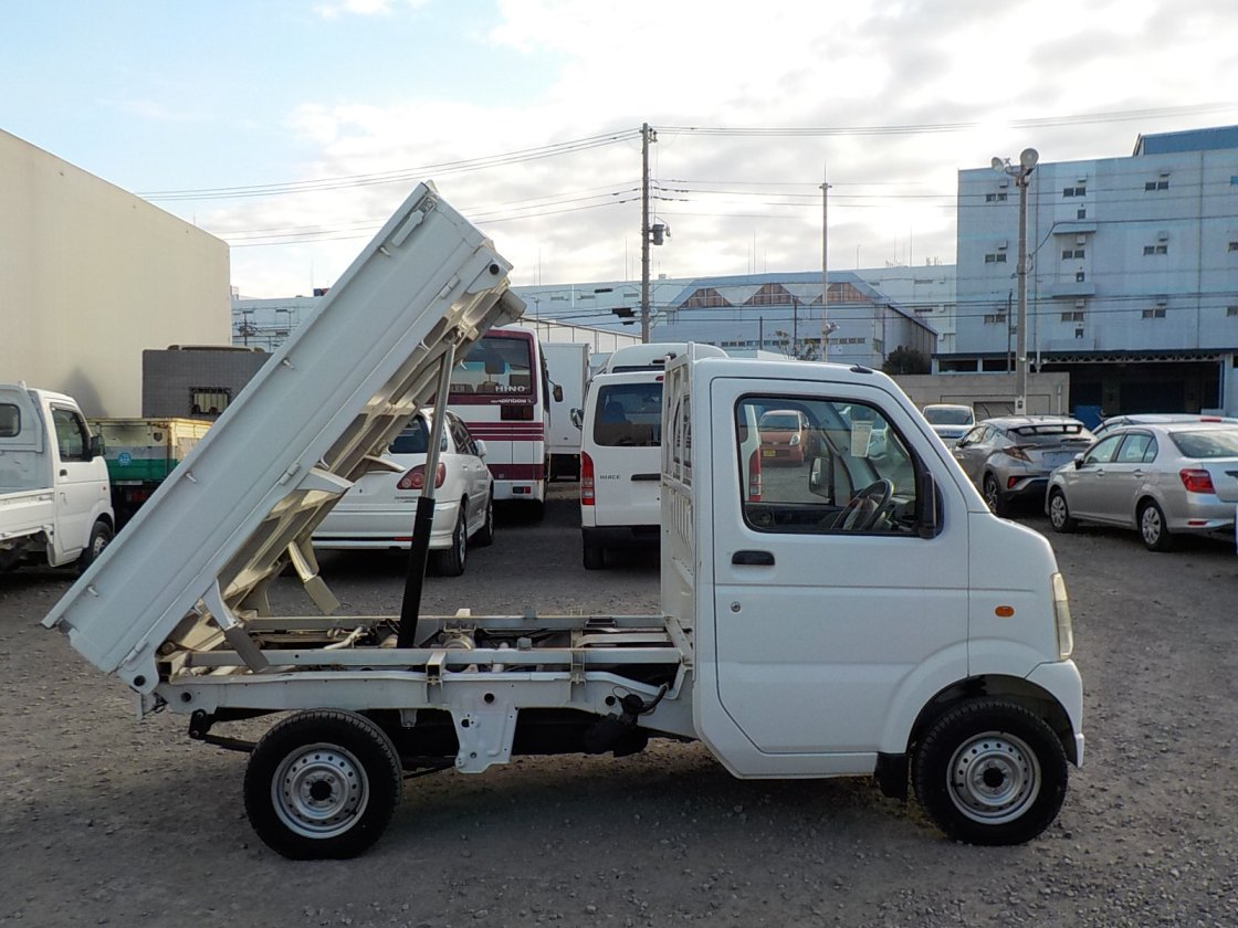 It is a picture of the white suzuki carry dump in 2011,First Photo Stock No.Y029893