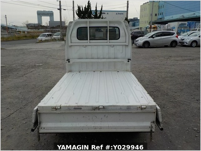It is a picture of the white suzuki carry truck in 2002,Sub Photo 4 Stock No.Y029946