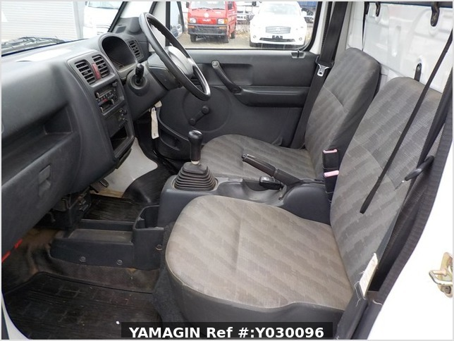 It is a picture of the white suzuki carry truck in 2004,Sub Photo 10 Stock No.Y030096