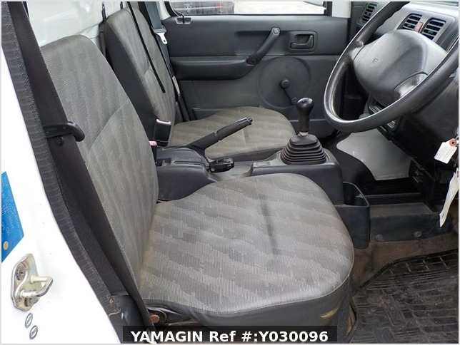 It is a picture of the white suzuki carry truck in 2004,Sub Photo 9 Stock No.Y030096