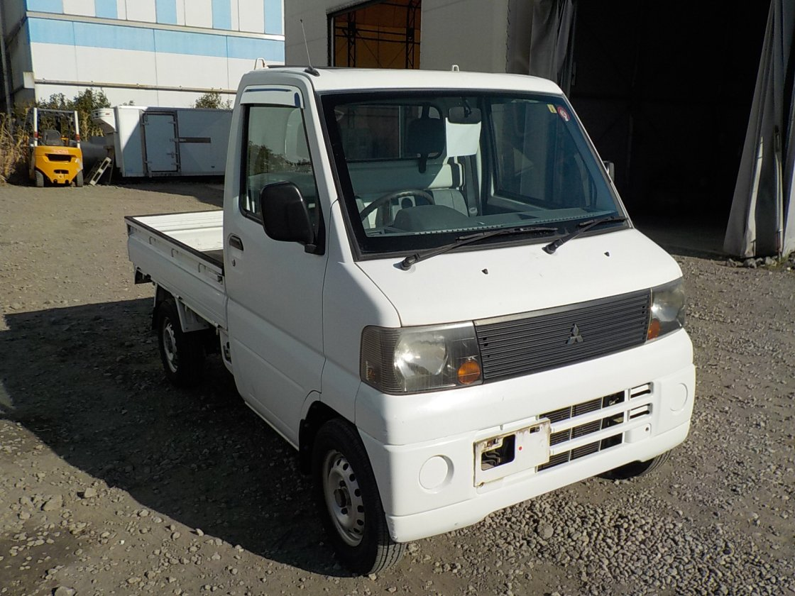 It is a picture of the white mitsubishi minicab truck in 2005,First Photo Stock No.Y030148