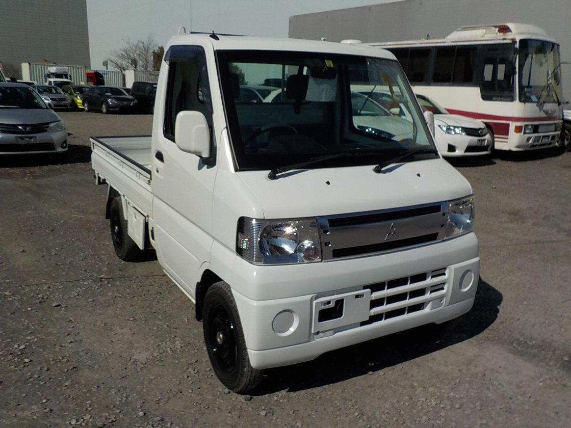 It is a picture of the white mitsubishi minicab truck in 2009,First Photo Stock No.Y030419