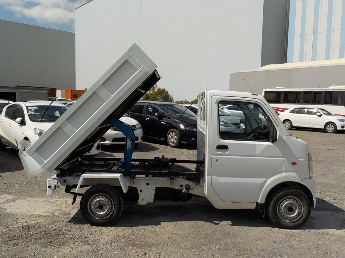 It is a picture of the white suzuki carry dump in 2007,First Photo Stock No.Y030447