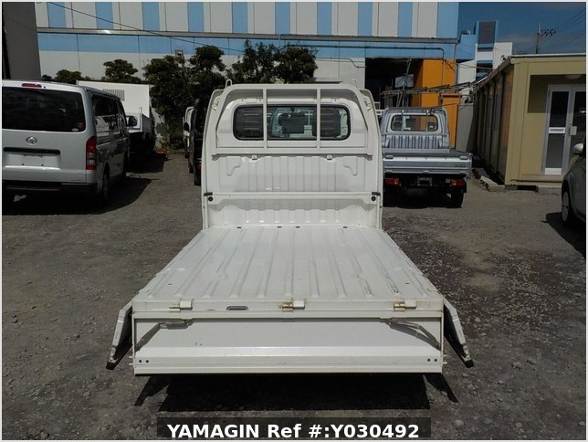 It is a picture of the white suzuki carry truck in 2004,Sub Photo 4 Stock No.Y030492