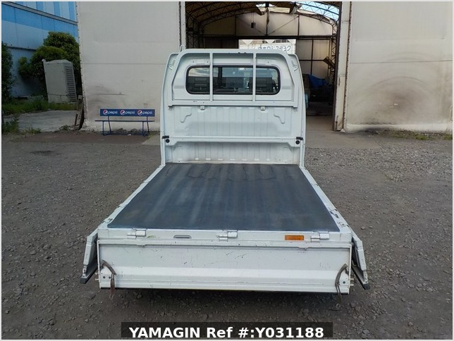 It is a picture of the white suzuki carry truck in 2004,Sub Photo 4 Stock No.Y031188