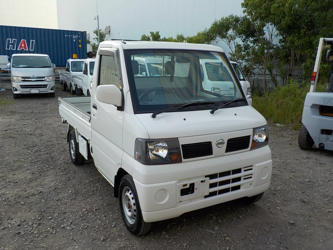 It is a picture of the white nissan clipper truck in 2003,First Photo Stock No.Y031199